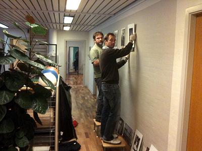 Jan Møller Jensen & Søren Wolder hænger billeder op